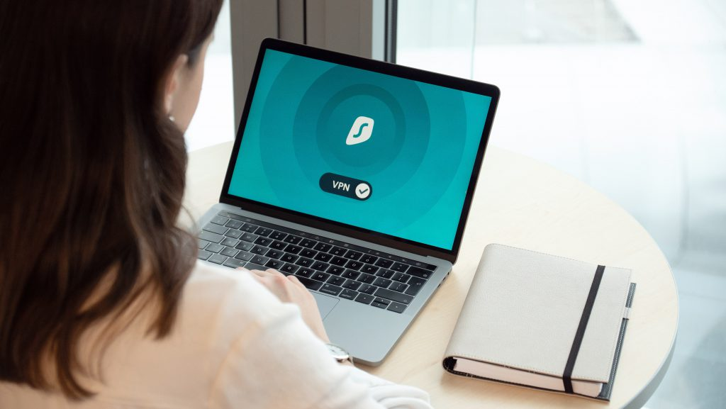 Imagen de una pc siendo conectada a una Red Privada Virtual (VPN)