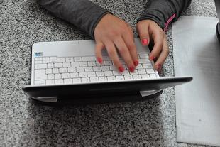 estudiando en computadora